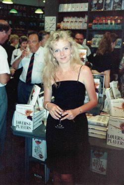 Lucinda Riley tijdens haar eerste boeklancering