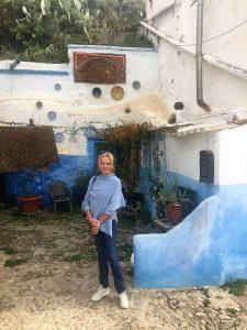 Lucinda Riley bij een van de witte grotten van Sacramonte